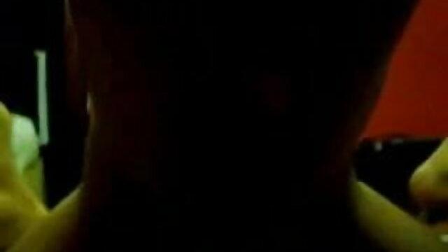 গড়ে মহিলার জুতা ছাড়া একটি দীর্ঘ স্কার্ট বাংলাxxx video মধ্যে পদচারনা